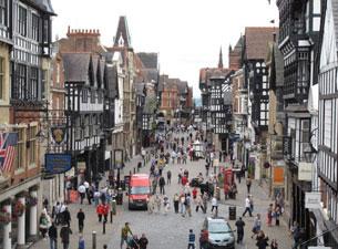 In Chester kann man einen kompletten Rundgang auf der fast vollständig erhaltenen mittelalterlichen Stadtmauer unternehmen.