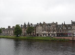 Das prunkvolle Schloss liegt oberhalb des River Ness und überblickt die Inverness, mit seinen hübschen klassizistischen Häuserfassaden.