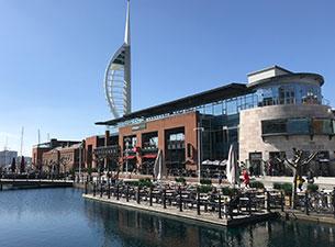 In Portsmouth ist die maritime Vergangenheit Großbritanniens allgegenwärtig. Die Mary Rose und die Victory, Flaggschiffe Henrys VIII. und Lord Nelsons, liegen im historischen Hafen.